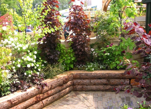 Декоративная подпорная стена в садах