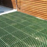 Укладка газонной решетки на участке