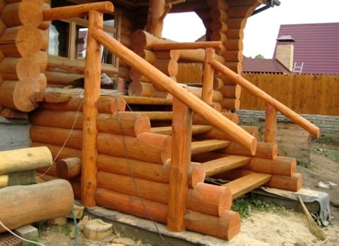 Деревянная входная лестница в дом