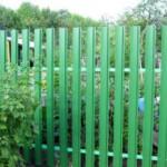 Забор из металлического (евро) штакетника — достоинства, особенности установки