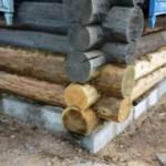 Как поменять сгнившие нижние венцы в деревянном доме?