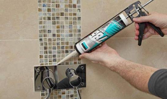 Заделка швов между стенкой и ванной