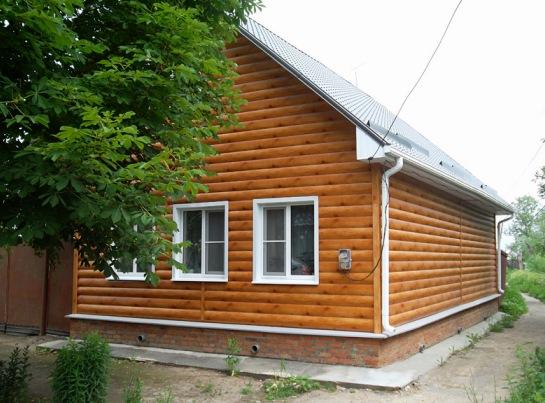 Дом, обшитый металлосайдингом «под бревно»