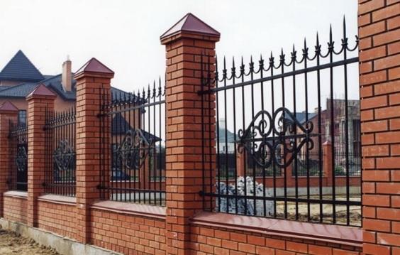 Фото №6 Кованые решетки на кирпичных столбах