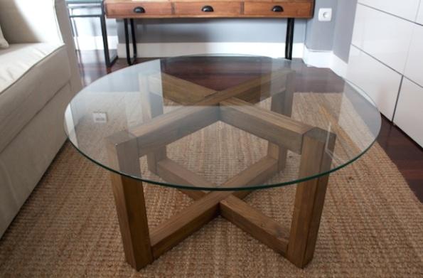 «Невесомое» стекло отлично сочетается с массивной деревянной рамой основания