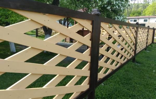 Как сделать плетёный забор из досок своими  293