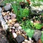 Как сделать красивую клумбу с применением камней и кирпича?