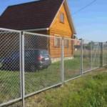 Как сделать забор из сетки рабицы на даче?