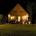 Виды уличных светильников для загородного дома и особенности их выбора