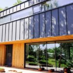 Место под солнцем: загородные дома с панорамным остеклением